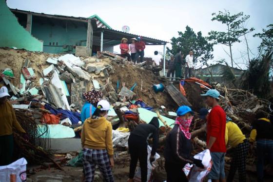 Triều cường, sóng lớn đánh sập nhà dân ở Quảng Ngãi ảnh 2