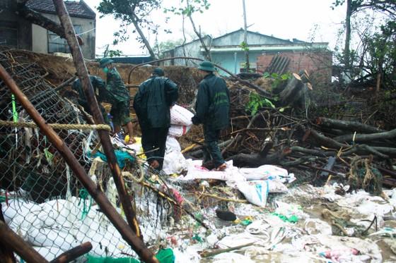 Bộ đội giúp dân chống sạt lở bờ biển Bình Hải ảnh 2