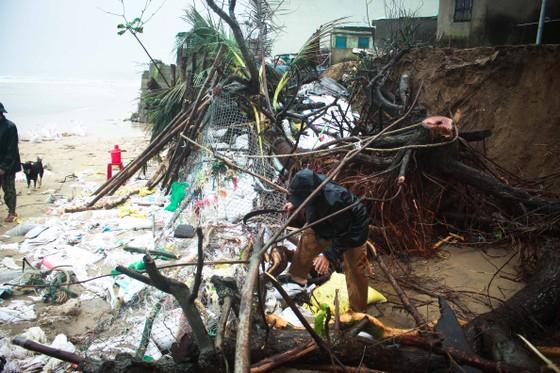 Bộ đội giúp dân chống sạt lở bờ biển Bình Hải ảnh 3