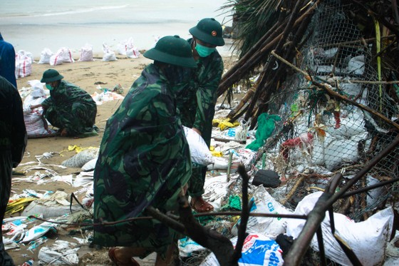 Bộ đội giúp dân chống sạt lở bờ biển Bình Hải ảnh 7