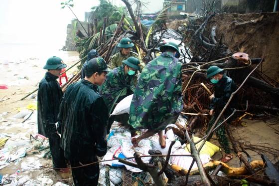 Bộ đội giúp dân chống sạt lở bờ biển Bình Hải ảnh 10