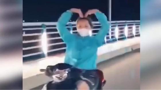 Quảng Ngãi: Cô gái trong clip thả tay lái 'múa quạt' bị phạt 7,4 triệu đồng ảnh 2