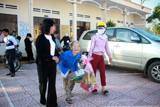 TPHCM trao quà chăm lo tết cho người dân Quảng Nam, Quảng Ngãi ảnh 8