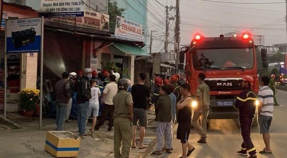 Cứu 2 cha con bị mắc kẹt trong vụ cháy cửa hàng phụ tùng xe ảnh 1
