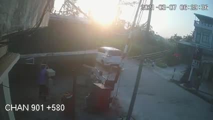 Khoảnh khắc camera ghi lại vụ tai nạn đường sắt làm 3 người thương vong ở Quảng Ngãi  ảnh 1
