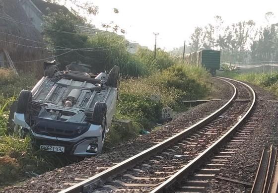 Ô tô va chạm tàu hỏa khiến 1 người chết, 2 người bị thương ảnh 1