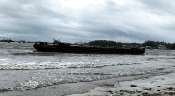 Sà lan trôi dạt làm 8 tàu cá đang neo đậu hư hỏng ảnh 1
