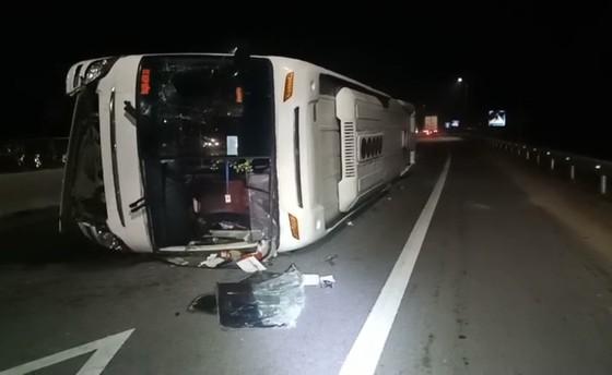 Quảng Ngãi: Lật xe chở công nhân, 5 người bị thương ảnh 1