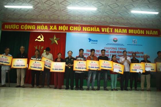 Hội Hỗ trợ khắc phục hậu quả bom mìn Việt Nam trao hỗ trợ sinh kế cho nhân dân Quảng Ngãi ảnh 3
