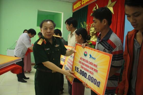 Hội Hỗ trợ khắc phục hậu quả bom mìn Việt Nam trao hỗ trợ sinh kế cho nhân dân Quảng Ngãi ảnh 2