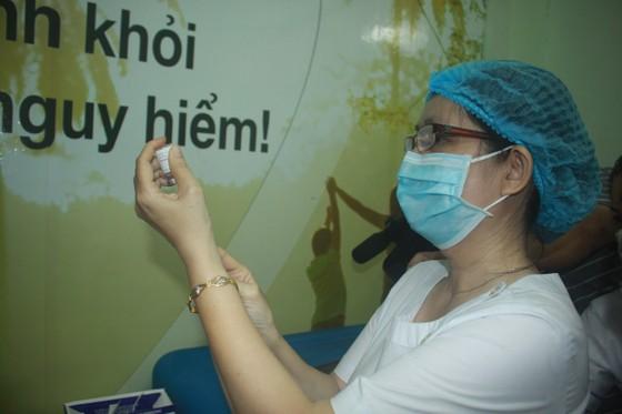 50 người đầu tiên tiêm vaccine Covid-19 ở Quảng Ngãi ảnh 8