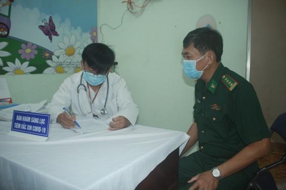50 người đầu tiên tiêm vaccine Covid-19 ở Quảng Ngãi ảnh 7