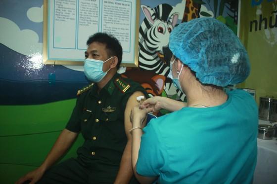 50 người đầu tiên tiêm vaccine Covid-19 ở Quảng Ngãi ảnh 1