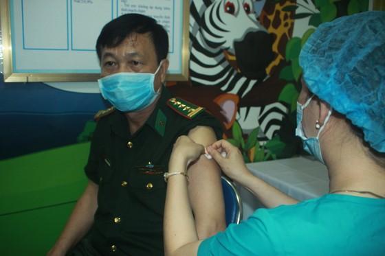 50 người đầu tiên tiêm vaccine Covid-19 ở Quảng Ngãi ảnh 10