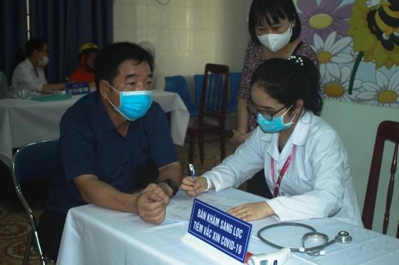 50 người đầu tiên tiêm vaccine Covid-19 ở Quảng Ngãi ảnh 6