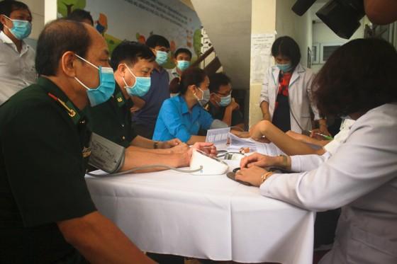 50 người đầu tiên tiêm vaccine Covid-19 ở Quảng Ngãi ảnh 4