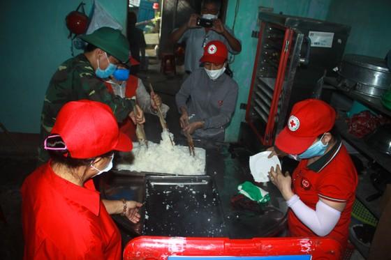 Nấu cơm và hỗ trợ thực phẩm cho người dân yên tâm cách ly phòng chống Covid-19 ảnh 9