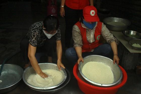 Nấu cơm và hỗ trợ thực phẩm cho người dân yên tâm cách ly phòng chống Covid-19 ảnh 3