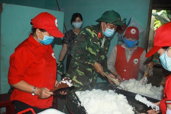 Nấu cơm và hỗ trợ thực phẩm cho người dân yên tâm cách ly phòng chống Covid-19 ảnh 10