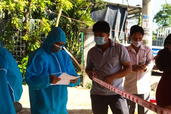 Xuyên ngày đêm ở chốt kiểm tra y tế phòng Covid-19 tại cửa ngõ tỉnh Quảng Ngãi ảnh 7