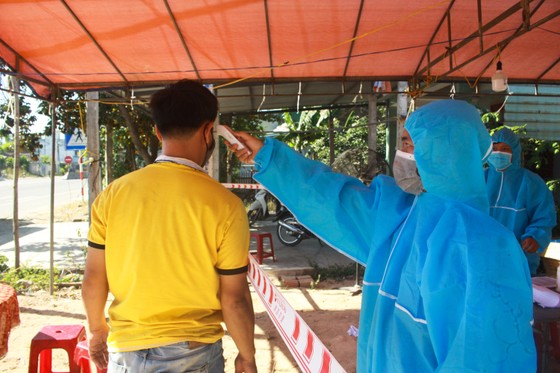 Xuyên ngày đêm ở chốt kiểm tra y tế phòng Covid-19 tại cửa ngõ tỉnh Quảng Ngãi ảnh 8