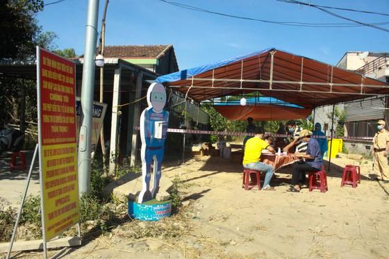 Xuyên ngày đêm ở chốt kiểm tra y tế phòng Covid-19 tại cửa ngõ tỉnh Quảng Ngãi ảnh 5