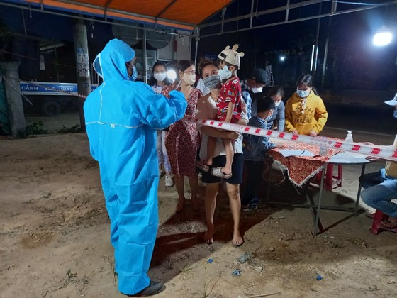 Xuyên ngày đêm ở chốt kiểm tra y tế phòng Covid-19 tại cửa ngõ tỉnh Quảng Ngãi ảnh 14