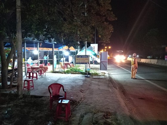Xuyên ngày đêm ở chốt kiểm tra y tế phòng Covid-19 tại cửa ngõ tỉnh Quảng Ngãi ảnh 15