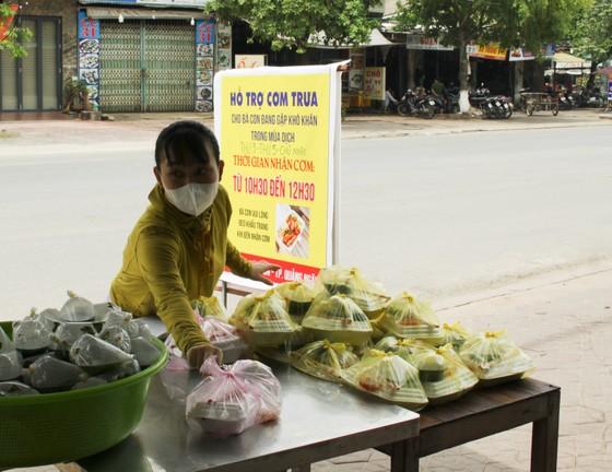 Quảng Ngãi: Hàng trăm suất cơm phát miễn phí cho người khó khăn ảnh hưởng bởi dịch Covid-19 ảnh 3