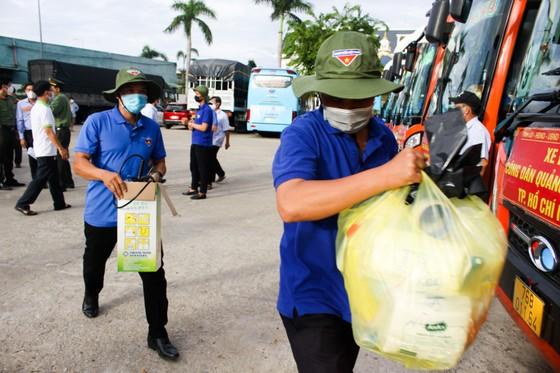 10 xe ô tô khách xuất phát từ Quảng Ngãi vào TPHCM đón người dân về quê ảnh 4
