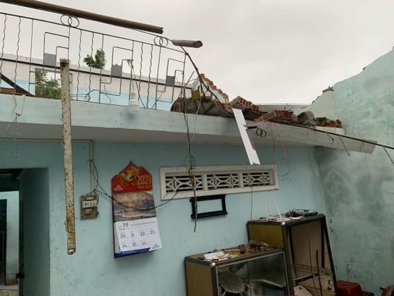 Quảng Ngãi: Lốc xoáy làm nhà dân ven biển bị tốc mái, ngã đổ cây ảnh 1