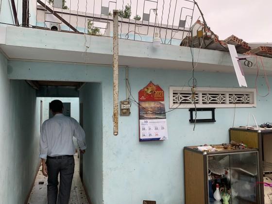 Quảng Ngãi: Lốc xoáy làm nhà dân ven biển bị tốc mái, ngã đổ cây ảnh 4