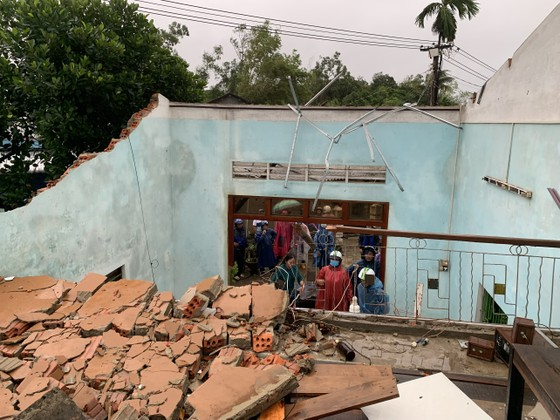 Quảng Ngãi: Lốc xoáy làm nhà dân ven biển bị tốc mái, ngã đổ cây ảnh 2