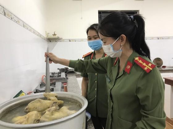 'Bếp đêm chiến sĩ' hỗ trợ suất ăn cho lực lượng tuyến đầu chống dịch Covid-19 ảnh 2