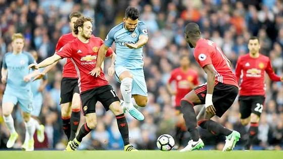 Aguero (giữa) bất lực trước hàng thủ Man.United trong trận derby Manchester