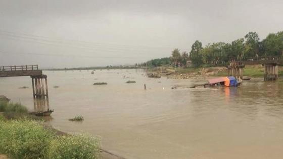 Tàu chở cát đâm sập cầu qua sông Yên ảnh 1