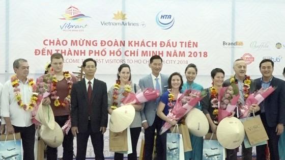 """Nhiều đoàn khách quốc tế """"xông đất"""" du lịch Việt Nam ngày đầu năm 2018 ảnh 2"""
