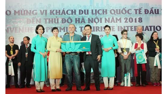 """Nhiều đoàn khách quốc tế """"xông đất"""" du lịch Việt Nam ngày đầu năm 2018 ảnh 1"""
