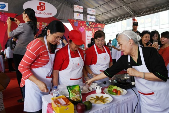 Hàng ngàn gia đình cùng kéo đến siêu thị Co.opmart để nấu ăn ảnh 1