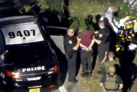 Xả súng đẫm máu tại trường học ở Mỹ, ít nhất 17 người thiệt mạng ảnh 8