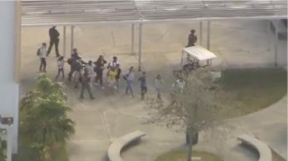 Xả súng đẫm máu tại trường học ở Mỹ, ít nhất 17 người thiệt mạng ảnh 4