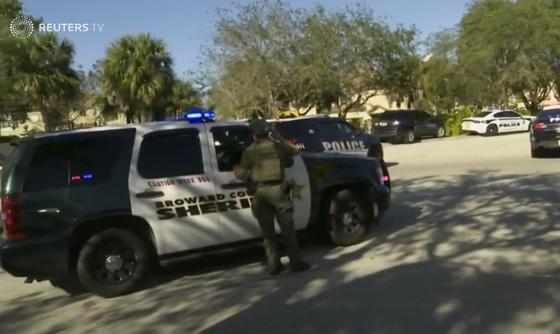 Xả súng đẫm máu tại trường học ở Mỹ, ít nhất 17 người thiệt mạng ảnh 7
