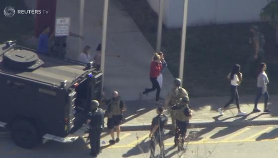 Xả súng đẫm máu tại trường học ở Mỹ, ít nhất 17 người thiệt mạng ảnh 3