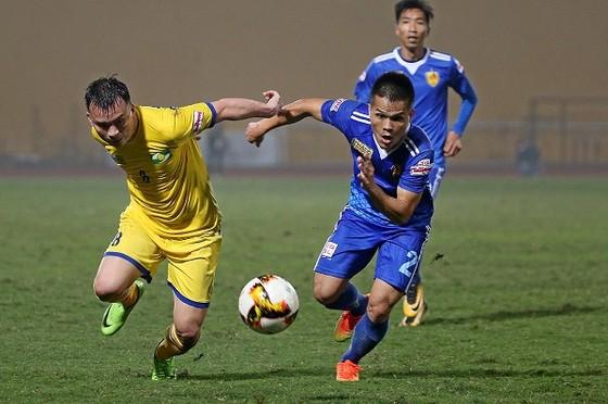 Cuộc so tài giữa SLNA và Quảng Nam trong trận tranh Siêu cúp 2017 vừa qua. Ảnh: MINH HOÀNG