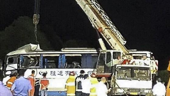 Xe khách đâm xe tải trên đường cao tốc ở Trung Quốc, 18 người chết ảnh 1