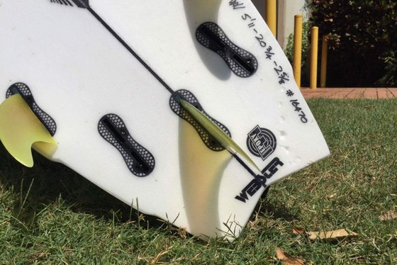 Thoát khỏi hàm cá mập nhờ ván lướt sóng ảnh 1