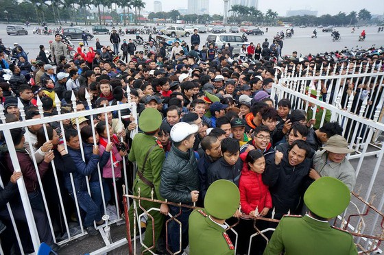 Người hâm mộ Việt Nam luôn gặp khó khăn khi mua vé xem bóng đá.