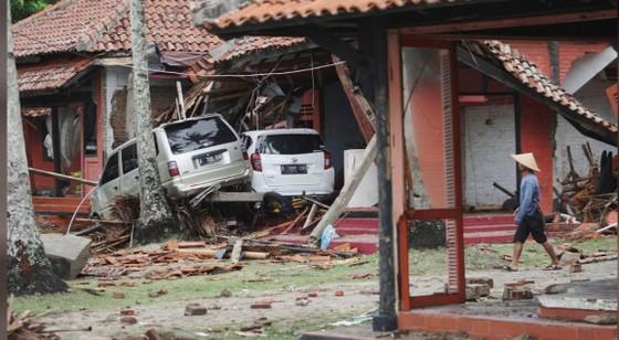 Sóng thần bất ngờ xảy ra ở Indonesia, gần 1.000 người thương vong ảnh 2