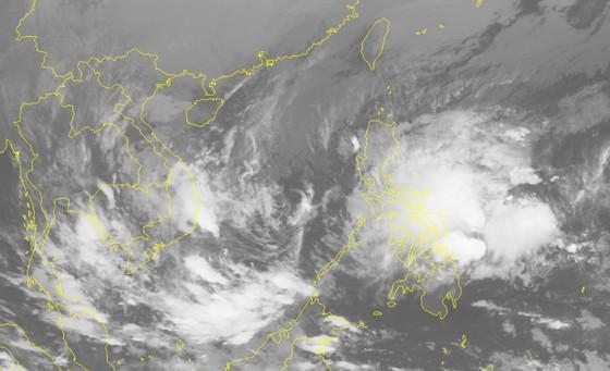 Áp thấp nhiệt đới áp sát biển Đông, có thể mạnh lên thành bão ảnh 1