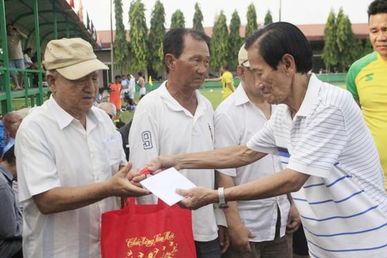 Chi hội trưởng Chi hội Cựu cầu thủ bóng đá TPHCM Hồ Thanh Cang tặng quà cho các cựu cầu thủ. Ảnh: MINH QUÂN  